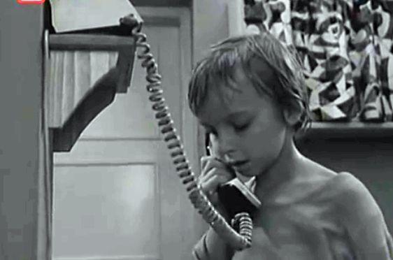 """- Nikogo nie ma w domu, a mnie nie wolno otwierać drzwi! - od takiego zdania zaczynał się każdy odcinek czechosłowackiego serialu """"Nikogo nie ma w domu"""", opowiadającego o losach 6-letniego Pawełka, który w pustym mieszkaniu czekał na powrót rodziców z pracy. W latach 70 i 80 nikogo to nie dziwiło i nie stanowiło problemu."""