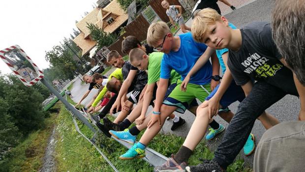 Podczas pobytu w Zakopanem młodzi judocy pilnie trenują pod czujnym okiem instruktorów.