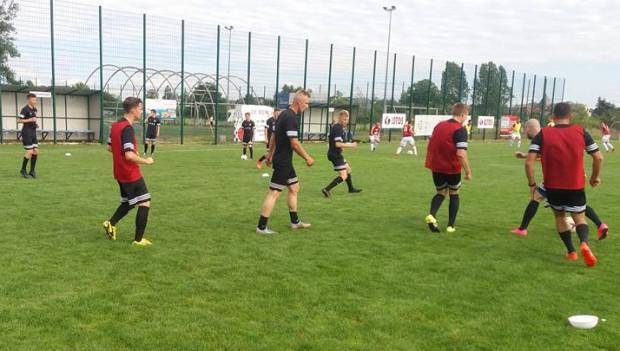 Piłkarze Jaguara Gdańsk rozpoczęli sezon w IV lidze od wygranej 8:1. W najbliższy weekend rozgrywki wznowią: III i V liga oraz A klasa.