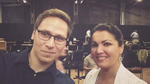 Staż w jednym z najlepszych teatrów operowych na świecie to dla Rafała Kłoczko nie tylko okazja, aby spotkać najwybitniejszych artystów na świecie, ale także nawiązać liczne kontakty z osobami z branży muzycznej. Na zdj. z Anną Netrebko.
