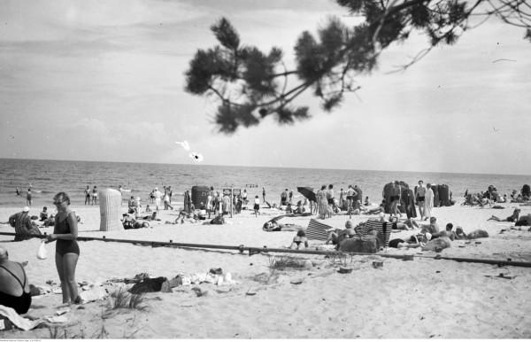 Plażowa aura przed II Wojną Światową w Gdyni.