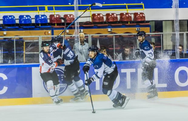 Gdańscy hokeiści rozpoczęli sparingi od zwycięstwa. Na zdjęciu Kamil Dolny.