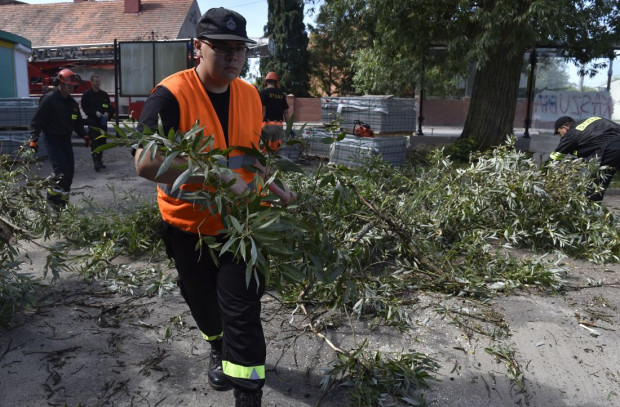Poza strażakami i żołnierzami pomagają też cywile.