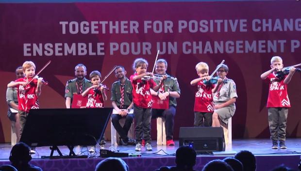 Prezentacja Polski w Baku odbyła się m.in. z udziałem najmłodszych harcerzy grających na skrzypcach.