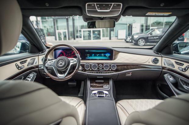 Ociekające luksusem wnętrze Mercedesa-Maybacha.