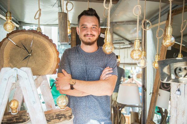 Jakub Puk z Oleśnicy produkuje lampy z naturalnego drewna. Jego stoisko na Jarmarku św. Dominika zostało docenione przez organizatorów.