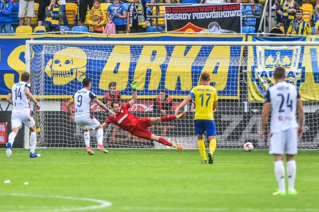 Adam Frączczak strzela z karnego gola na 0:3.