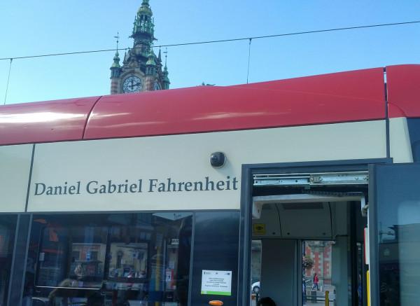 Daniel Gabriel Fahrenheit jest patronem tramwaju Pesa Swing numer 1015.