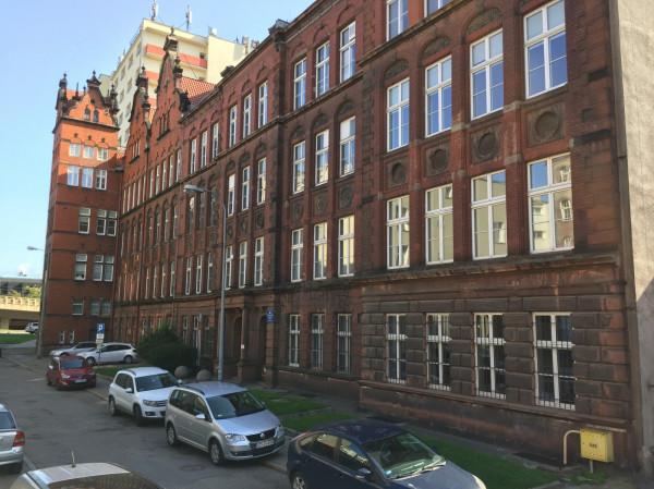 Budynek dawnej Victoriaschule przy ul. Kładki. W tle widać akademik Uniwersytetu Gdańskiego.
