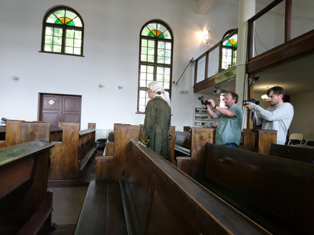 Ekipa filmowa przez kilkanaście dni kręciła ujęcia w różnych częściach Biskupiej Górki. Na wielkim ekranie przewodnikiem jest XVIII-wieczny lekarz i astronom, Nataniel Wolf, w którego wcielił się Krzysztof Baliński.