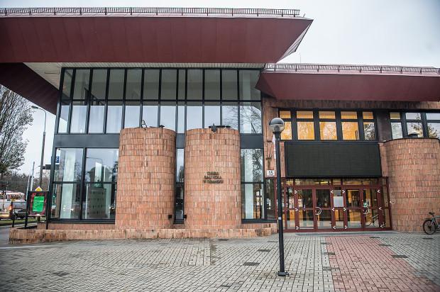 Po kilku miesiącach względnego spokoju znów rośnie temperatura konfliktu między pracownikami Opery Bałtyckiej a dyrektorem. Znów pracownicy związków zawodowych weszli w spór zbiorowy z dyrektorem tej placówki.