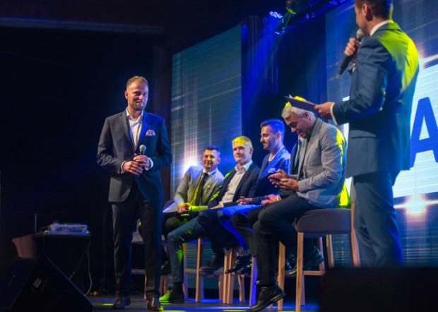 Podczas niedzielnego wieczoru Piotr Gacek (z mikrofonem) brał udział m.in. w roastcie. Prowadził go Michał Paszczyk z grupy kabaretowej Paranienormalni, a na scenie pojawili się także jego koledzy z siatkarskich boisk oraz trener Andrea Anastasi.