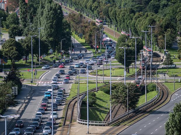 W poniedziałkowe popołudnie kierowcy mogli się przekonać, ile w układzie drogowym w Gdańsku znaczy obecnie tunel pod Martwą Wisłą. Świadczyły o tym kilometrowe korki do centrum.