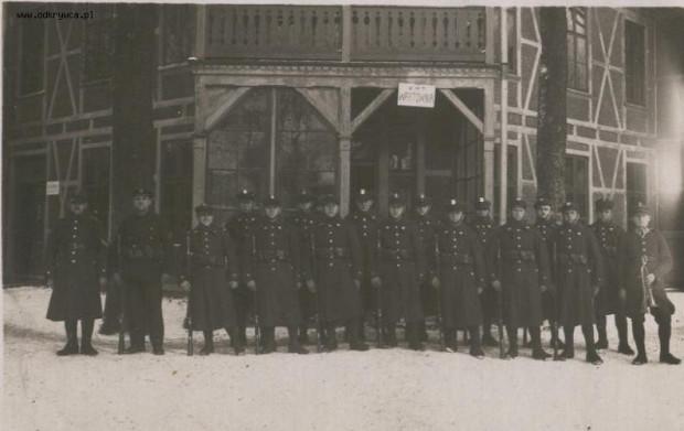 Polscy żołnierze stoją przed budynkiem Starych Koszar. Lata 30. XX wieku.