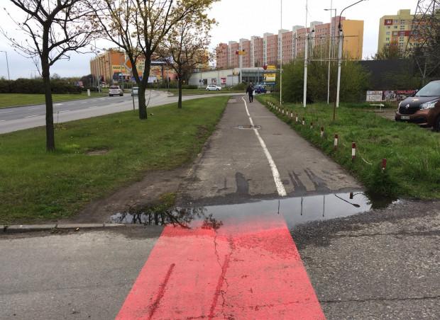 Na gdańskim Przymorzu na al. Rzeczypospolitej po każdym deszczu powstaje  w tym miejscu kałuża i nawet takie zgłoszenie od miesięcy jest już zbyt poważne dla gdańskiej Mapy Porządku i ZDiZ.