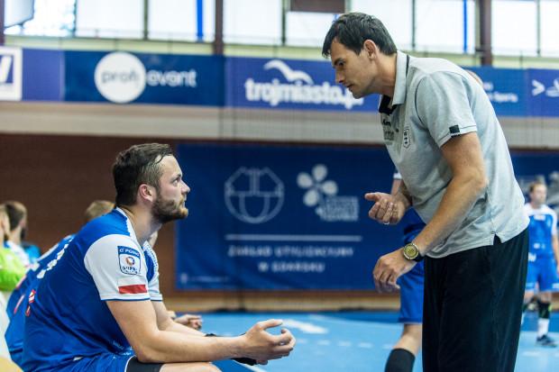Mateusz Wróbel (z lewej) wrócił już do gry, ale trener Marcin Lijewski (z prawej) z powodu kontuzji w zespole Wybrzeża, nie może u progu sezonu skorzystać z aż sześciu zawodników.