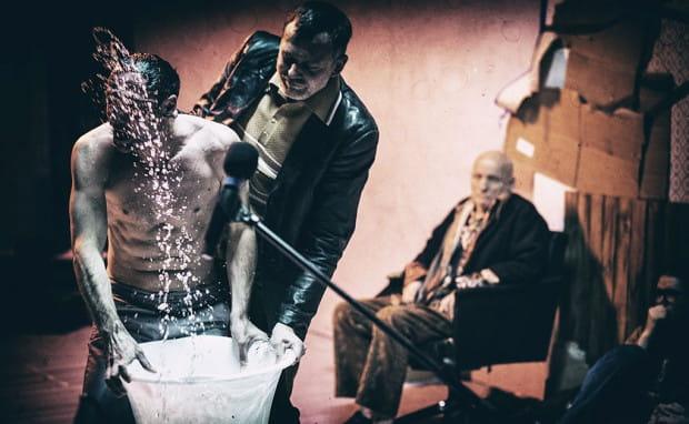 """Najciekawszym z gotowych przedstawień był misternie skonstruowany """"Reykjavik `74"""" z Teatru im. Wilama Horzycy w Toruniu, ukazujący manipulacje i rozmaite formy nacisku (od perswazji po tortury) na przesłuchiwanych."""