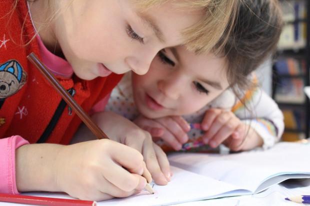 Większość rodziców interesuje się postępami dziecka w nauce i pomaga przy odrabianiu zadań domowych.