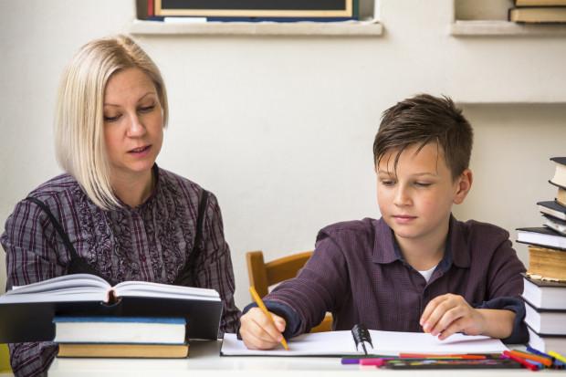 Według najnowszych danych jednej z większych instytucji badania opinii publicznej w kraju (Kantar Millward Brown) wynika, że aż 95 proc. rodziców pomaga swoim dzieciom w odrabianiu zadań domowych.