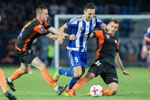 Jakub Arak (nr 9) jako wolny piłkarz wróci na boiska ekstraklasy. Jego pozyskaniem zainteresowane są zarówno Lechia Gdańsk jak i Arka Gdynia.