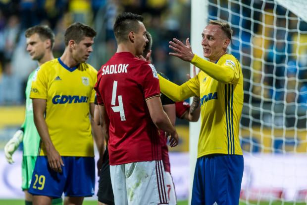 Adam Marciniak (z lewej) wrócił na swoją nominalną pozycję. W meczu z Wisłą Kraków miał udział przy dwóch z trzech goli i zagrał zdecydowanie lepiej niż jego vis a vis, uznany ligowiec - Maciej Sadlok (nr 4).