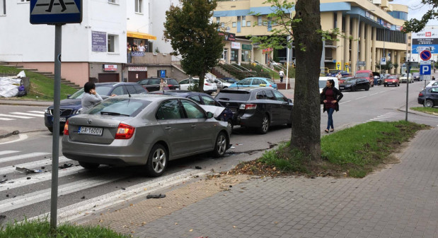 Skutki środowej kolizji na ul. Wielkokackiej na Witominie.
