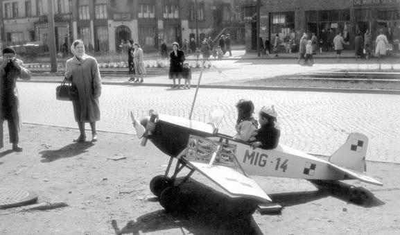 Pamiątkowe zdjęcie w samolociku, można sobie było niegdyś zrobić przy ul. Grunwaldzkiej.