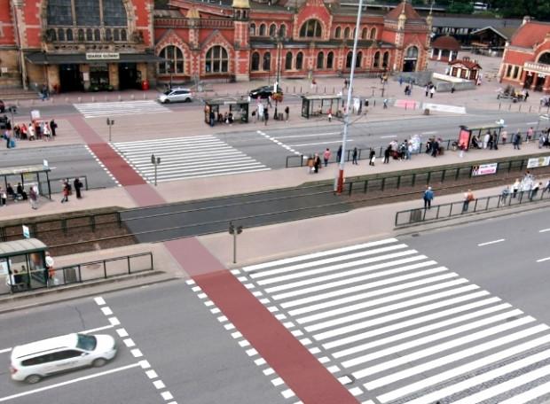 """Wizualizacja jednego z wariantów przejścia z Dworca Gdańsk Główny pod Krewetkę - ułatwienie i skrócenie dojścia do dworca oraz na przystanki, poszerzenie peronów przystanków, wybudowanie bezpiecznego, dwukierunkowego przejazdu rowerowego. Przejście nie wpłynie na ruch samochodowy - będzie działać """"w cieniu"""" sygnalizacji budowanego tuż obok nowego skrzyżowania z ul. Nowe Podwale Grodzkie. Tunel podziemny do Dworca oczywiście pozostaje."""