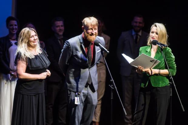 """""""Twój Vincent"""" oficjalnie otworzył 42. Festiwal Polskich Filmów Fabularnych w Gdyni. To pierwsza na świecie filmowa produkcja wykonana techniką malarską wyreżyserowana przez Dorotę Kobielę i Hugh Welchmana (oboje od lewej podczas gali otwarcia)."""
