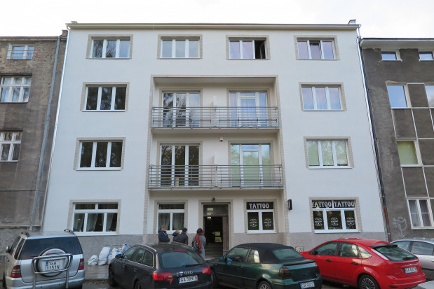 Jedna z wyremontowanych gdyńskich kamienic. W budynkach takich są szerokie klatki schodowe oraz dobrze doświetlone mieszkania.