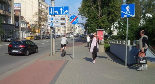 Przy znajdującym się w centrum Gdyni parku brakuje fragmentu drogi rowerowej. Teoretycznie rowerzyści powinni tu zgodnie z przepisami zjechać na jezdnię. Większość jedzie dalej chodnikiem.