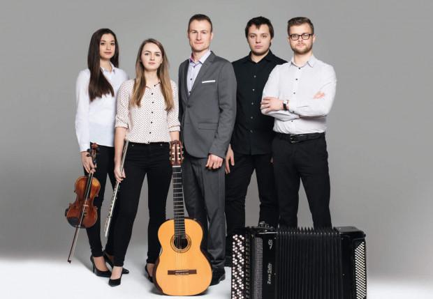 Marcin Kozioł Quintet tworzą: Klaudia Kowacz (skrzypce), Magdalena Sawicka (flet), Mikołaj Sikała (fortepian), Szymon Jabłoński (akordeon) i Marcin Kozioł (gitara).