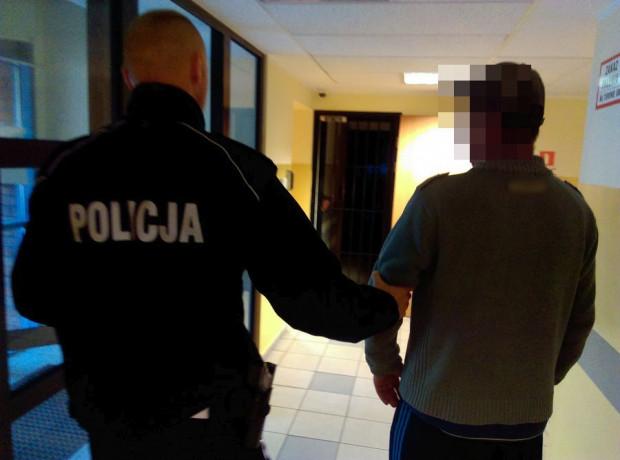 Mężczyznę zatrzymano i przewieziono na komisariat, gdzie - gdy wytrzeźwieje - usłyszy zarzuty.