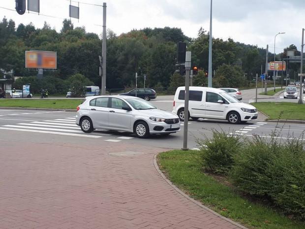 Dwa auta przejeżdżające na czerwonym świetle - oba zarejestrowane dzięki kamerom zainstalowanym w nieoznakowanym radiowozie.