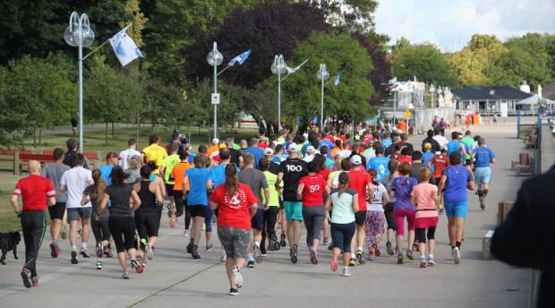 Biegacze Parkrun dostają okolicznościowe koszulki z liczbami, po przekroczeniu 50 czy 100 biegów  w imprezie - widoczne na zdjęciu.