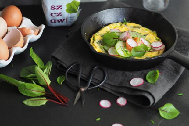 Omlet z warzywami jest źródłem potasu, białka i witamin z grupy B.
