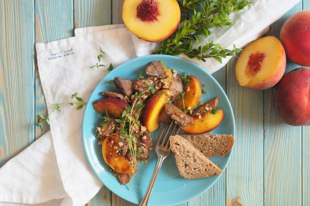 Wątróbka z jabłkami lub brzoskwiniami może pomóc uśmierzyć objawy syndromu dnia następnego.