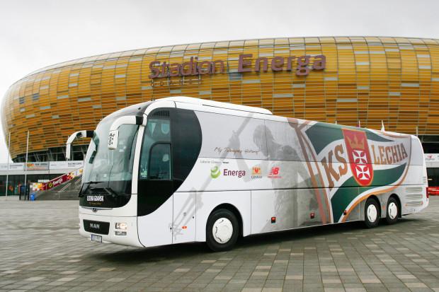 Emblematy sponsora głównego Lechii są również na nowym, klubowym autokarze.