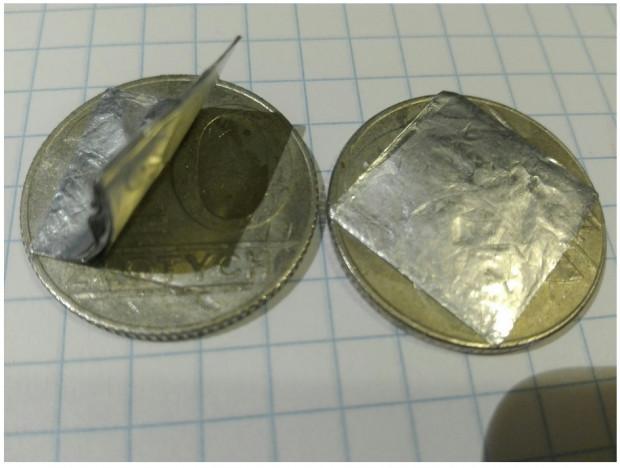 By dociążyć monety przyklejono na nich folię lub cienką blaszkę.