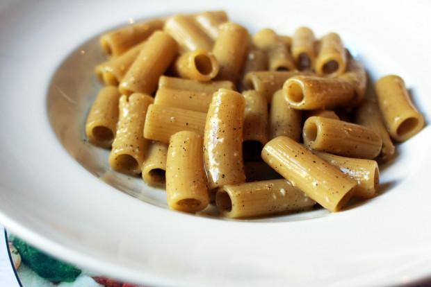 Rigatone cacio e pepe - rurki w kremie z sera pecorino i czarnego pieprzu.