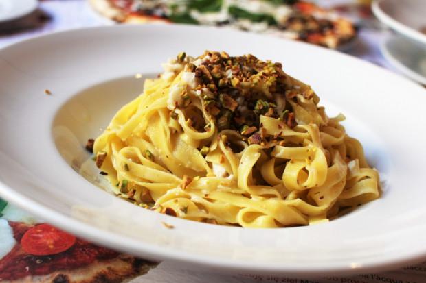 Tagliatella all'orata in crema di pistacchio - makaron tagliatelle z pulpą z dorady na kremie z pistacji.