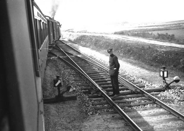 Polski kolejarz i polski pociąg jadący na trasie Gdynia - Hel. Zdjęcie wykonane w sierpniu 1934 r.