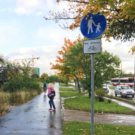 Widoczna na zdjęciu kombinacja znaków C-16 / T-22 daje w tym miejscu rowerzyście prawo, ale nie obowiązek jazdy chodnikiem. Innymi słowy rowerzysta może tutaj wybrać, czy jechaćchodnikiem, gdzie musi ustępowaćpieszym, czy ulicą, gdzie jest równoprawnym użytkownikiem.