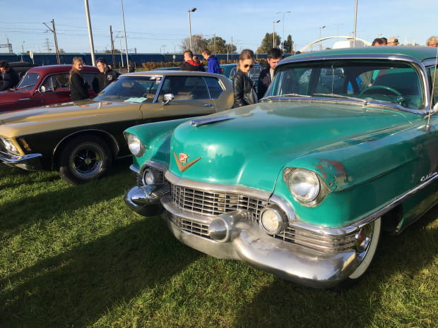 Sporym zainteresowaniem odwiedzających cieszył się seledynowy Cadillac z 1954 roku.