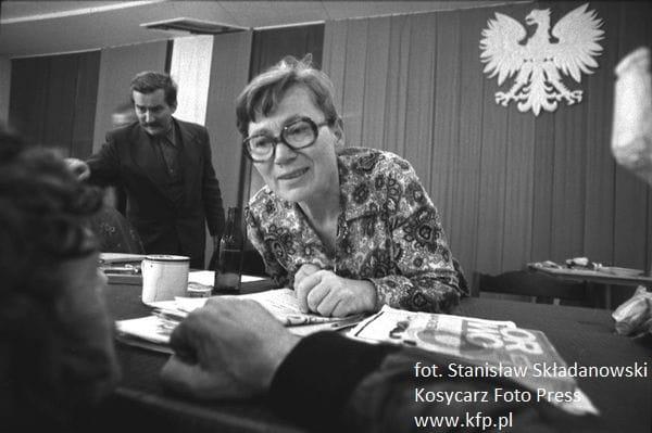 Anna Walentynowicz podczas obraz komitetu strajkowego w sierpniu 1980 r. Na drugim planie Lech Wałęsa, ówczesny przywódca strajku.