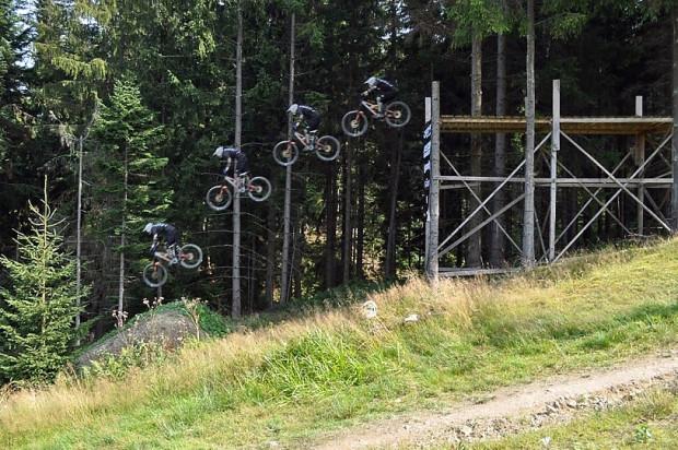 Jacek Piotrowicz pokonuje wysoki drop w słowackim Bike Parku Gruniky