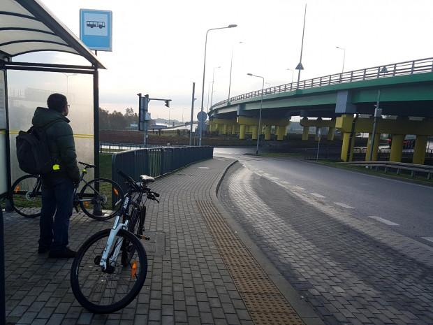 Nieprzyjemna niespodzianka przytrafiła sięw poniedziałek rano gdańszczanom czekającym na możliwośćprzejazdu autobusem przez tunel pod MartwąWisłą. Nie dość, że właśnie tego dnia zawieszone zostało kursowanie specjalnej, autobusowej linii 258, to kierowca autobusu 158 równieżnie wpuściłrowerzystów do środka.