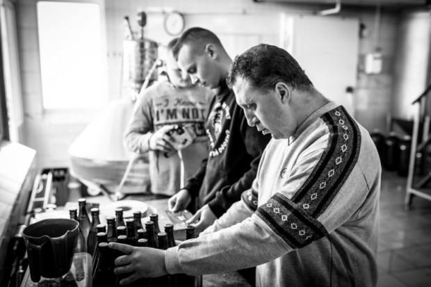 Przy wytwarzaniu piwa w Browarze Spółdzielczym w Pucku pracują osoby niepełnosprawne. Praca stanowi dla nich formę terapii i ułatwia im prowadzenie normalnego życia.