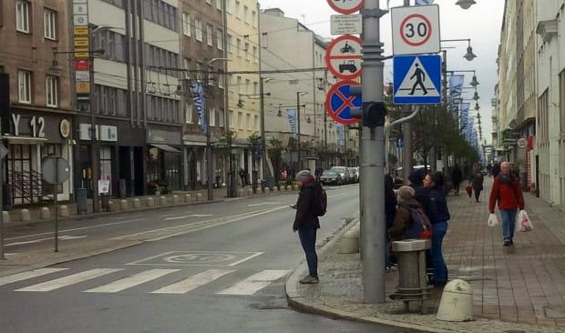 Znak ograniczenia prędkości do 30 km/h stoi przy wjeździe na ul. Świętojańską. Niektórzy go nie zauważają, inni nie chcą zauważyć.