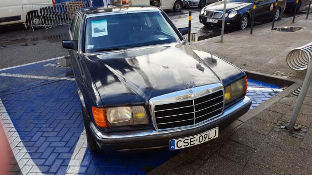 Według klientów i innych kierowców mercedes na kopercie pojawiał się już wcześniej. Wg nich to niewłaściwe miejsce na eksponowanie samochodu wystawionego na sprzedaż.